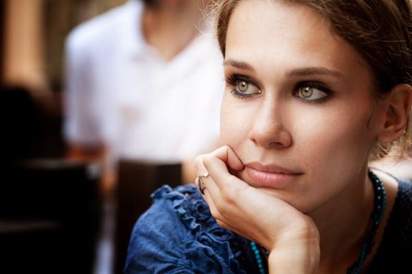 Donna che riflette